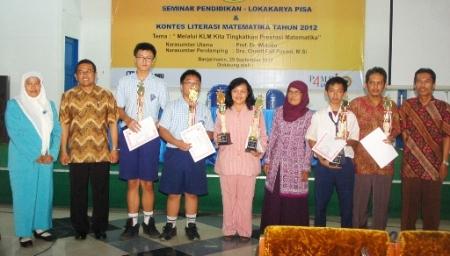 Para Juara Berfoto dengan Guru Pendamping, Dewan Juri, dan PR IV UNLAM